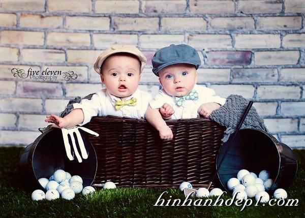 Ảnh 2 bé cực đáng yêu với những trái bóng gofl
