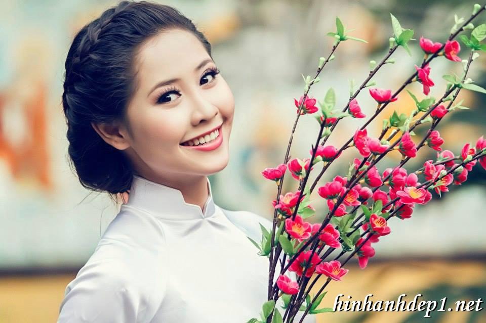Ảnh nền thiếu nữ Việt diện áo dài ngày tết 10