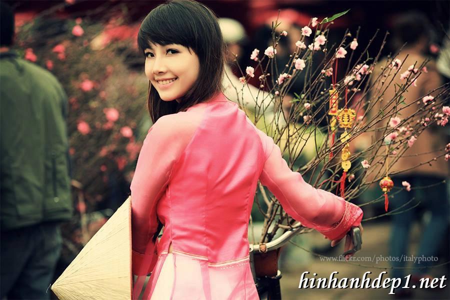 Ảnh nền thiếu nữ Việt diện áo dài ngày tết 1