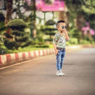 Hình ảnh bé trai sành điệu khi xuống phố