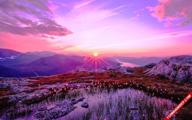 Ánh hoàng hôn thơ mộng của đồng cỏ lấp ló qua từng dãy núi
