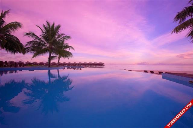 Một góc khách sạn đầy thơ mộng với tông màu xanh tím của hoàng hôn