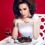 Chùm ảnh xinh đẹp, đầy sang chảnh của Angela Phương Trinh khi ngồi trên bàn ăn