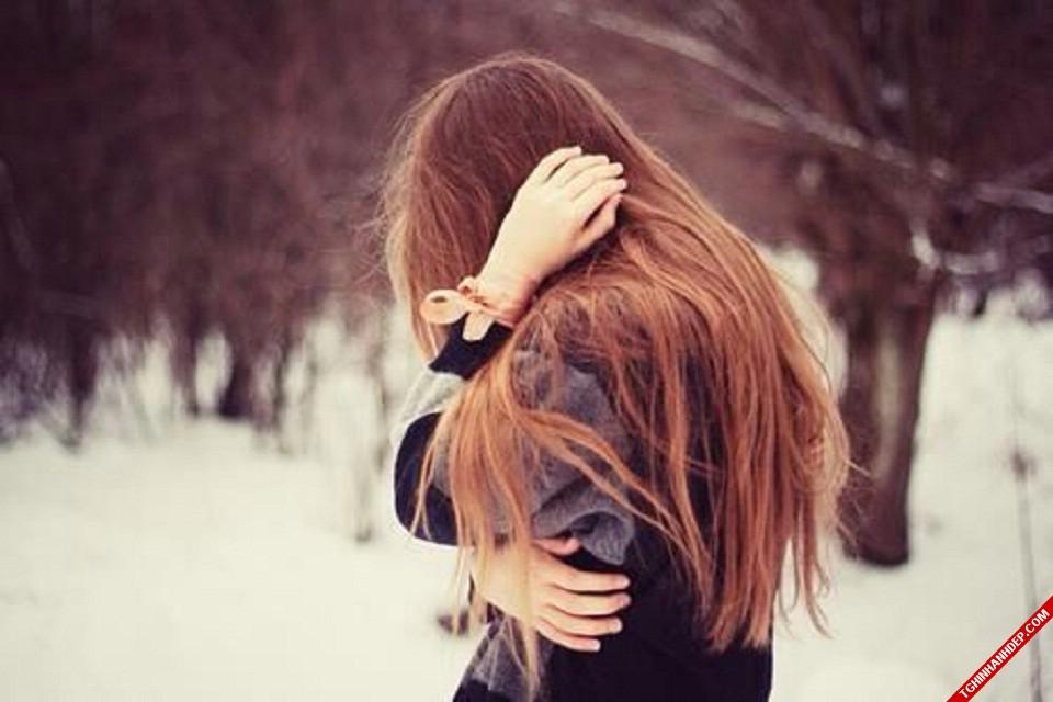 Hình ảnh cô gái đau buồn trong mùa đông giá lạnh
